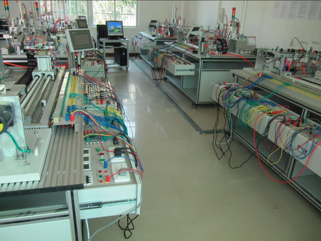 一、装置的构成: 实训装置由由铝合金导轨式实训台、典型的机电一体化设备的机械部件、PLC模块、变频器模块、按钮模块、电源模块、模拟生产设备实训模块、接线端子排和各种传感器、计算机等组成。整体结构采用开放式和拆装式,实训装置用于机械部件组装,可根据现有的机械部件组装生产设备,也可添加机械部件组装其他生产设备,使整个装置能够灵活的按教学或竞赛要求组装具有生产功能的机电一体化设备。模块采用标准结构和抽屉式模块放置架,互换性强;按具有生产性功能和整合学习功能的原则确定模块内容,使教学或竞赛时可方便的选择需要的模块